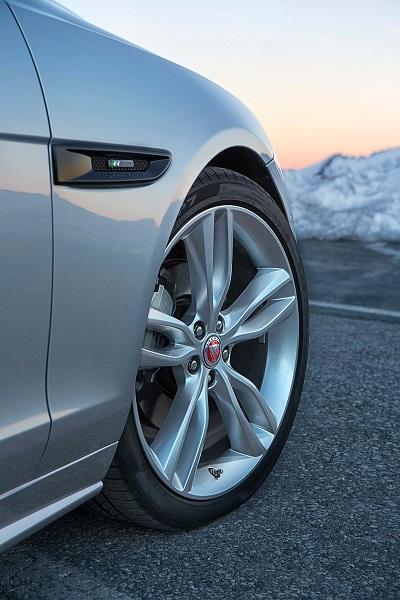 Der neue Jaguar XF R-Sport 20d Seitenansicht R-Sport Emblem Bildquelle: media.jaguar.com
