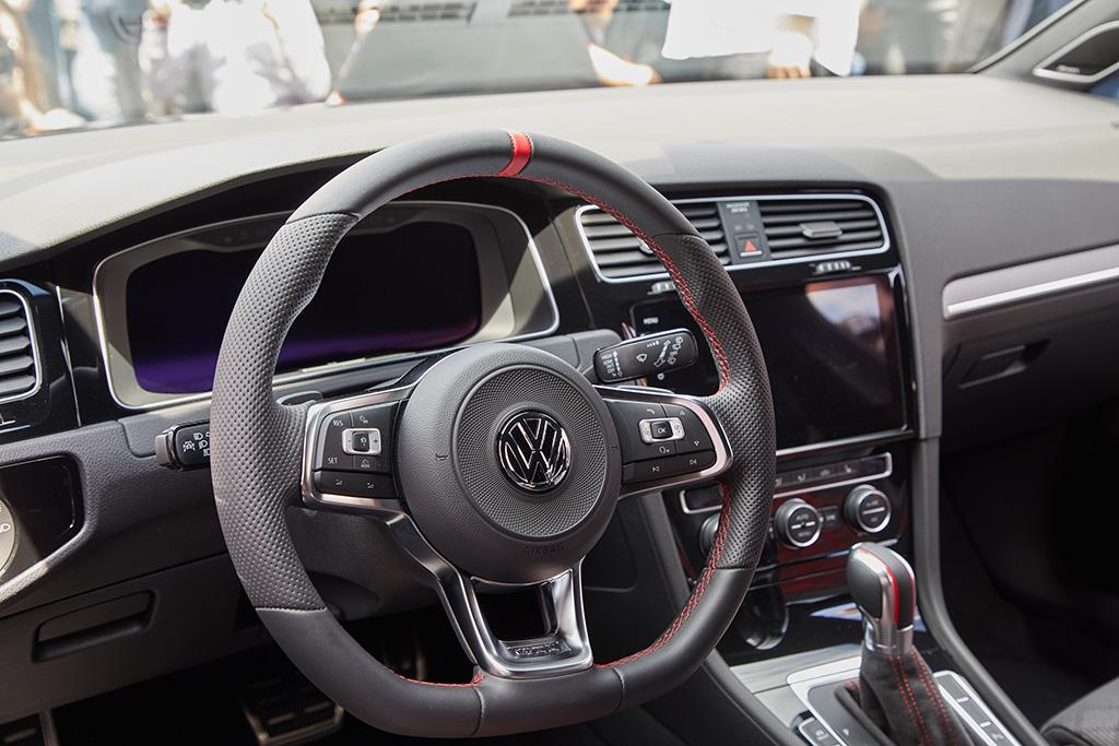 Golf GTI TCR Concept Daten Cockpit Lendrad Innenraum Bildquelle: volkswagen-media-services.com