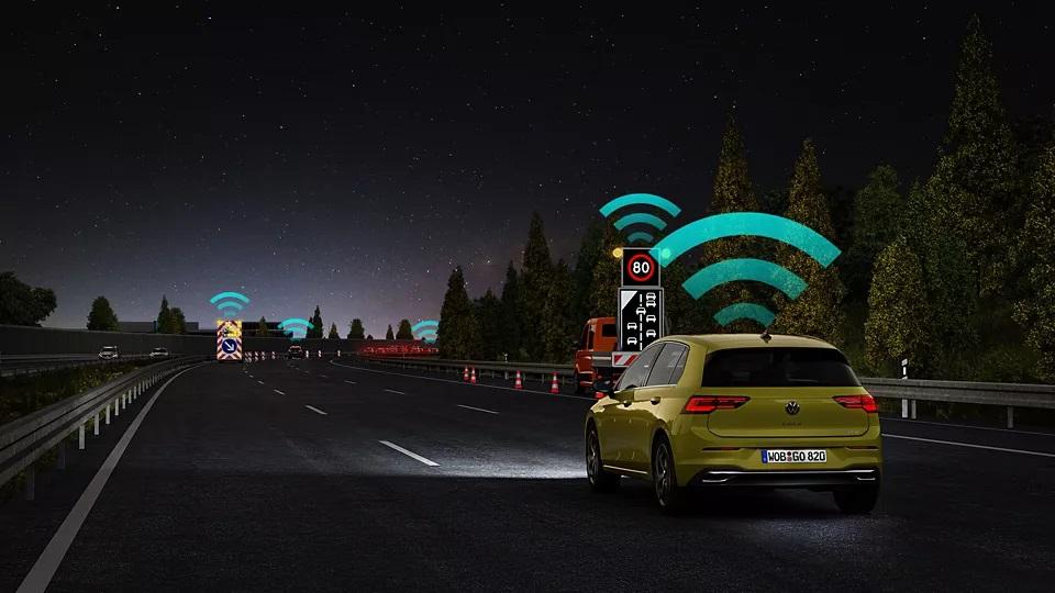 Heckansicht VW Golf 8 und Car2X Bildquelle: Volkswagen