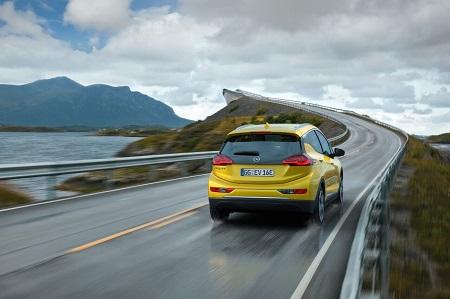 Opel Ampera-E 2017 das neue Elektroauto von Opel Blick aufs Heck Bildquelle: media.gm.com