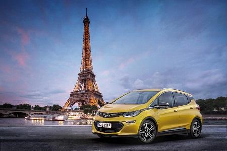Opel Ampera-E 2017 das neue Elektroauto von Opel Frontansicht und Seitenansicht Kulisse in Paris Bildquelle: media.gm.com