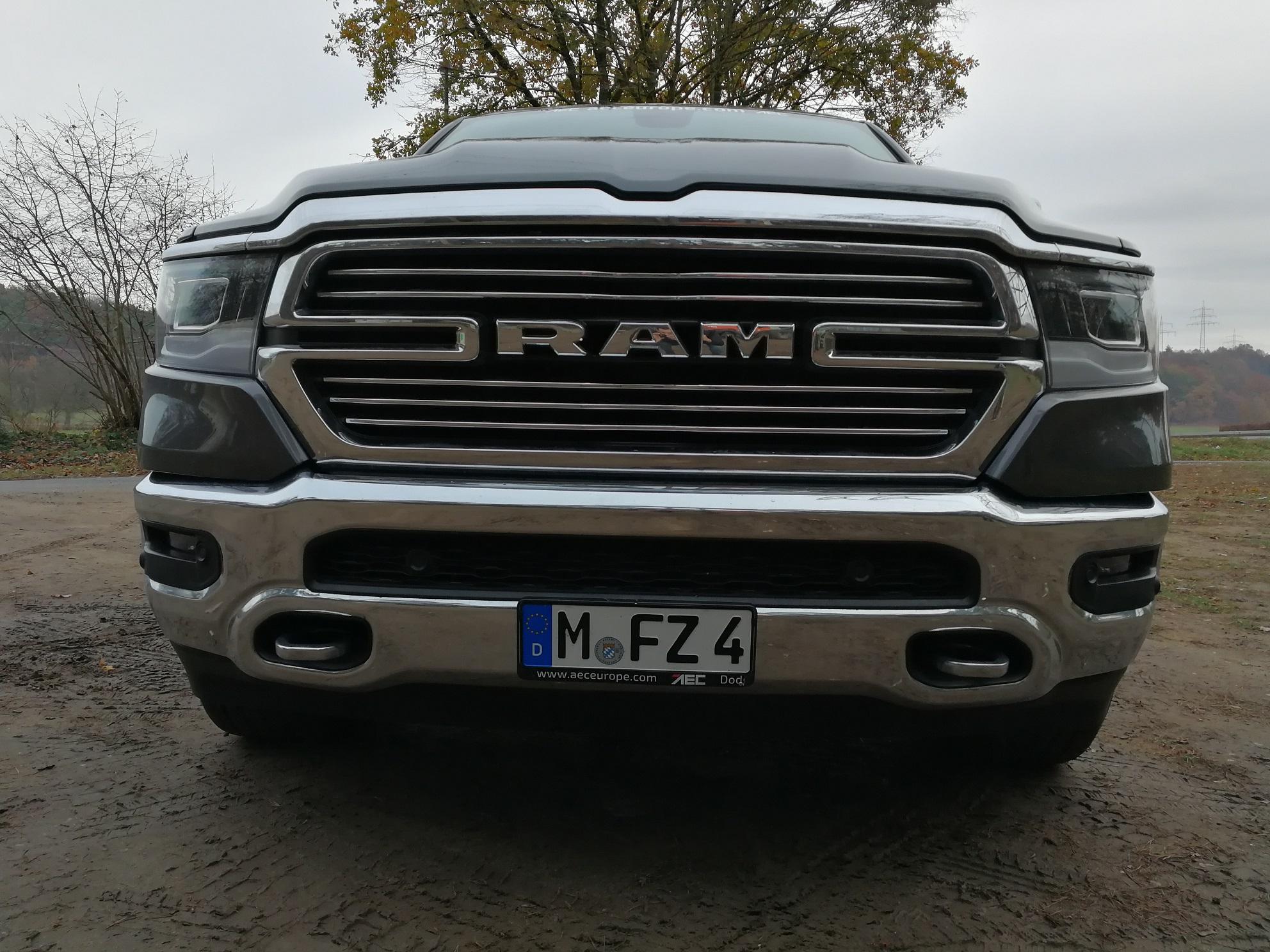 RAM 1500 Modelljahr 2019 Blick auf den Kühlergrill und die Front