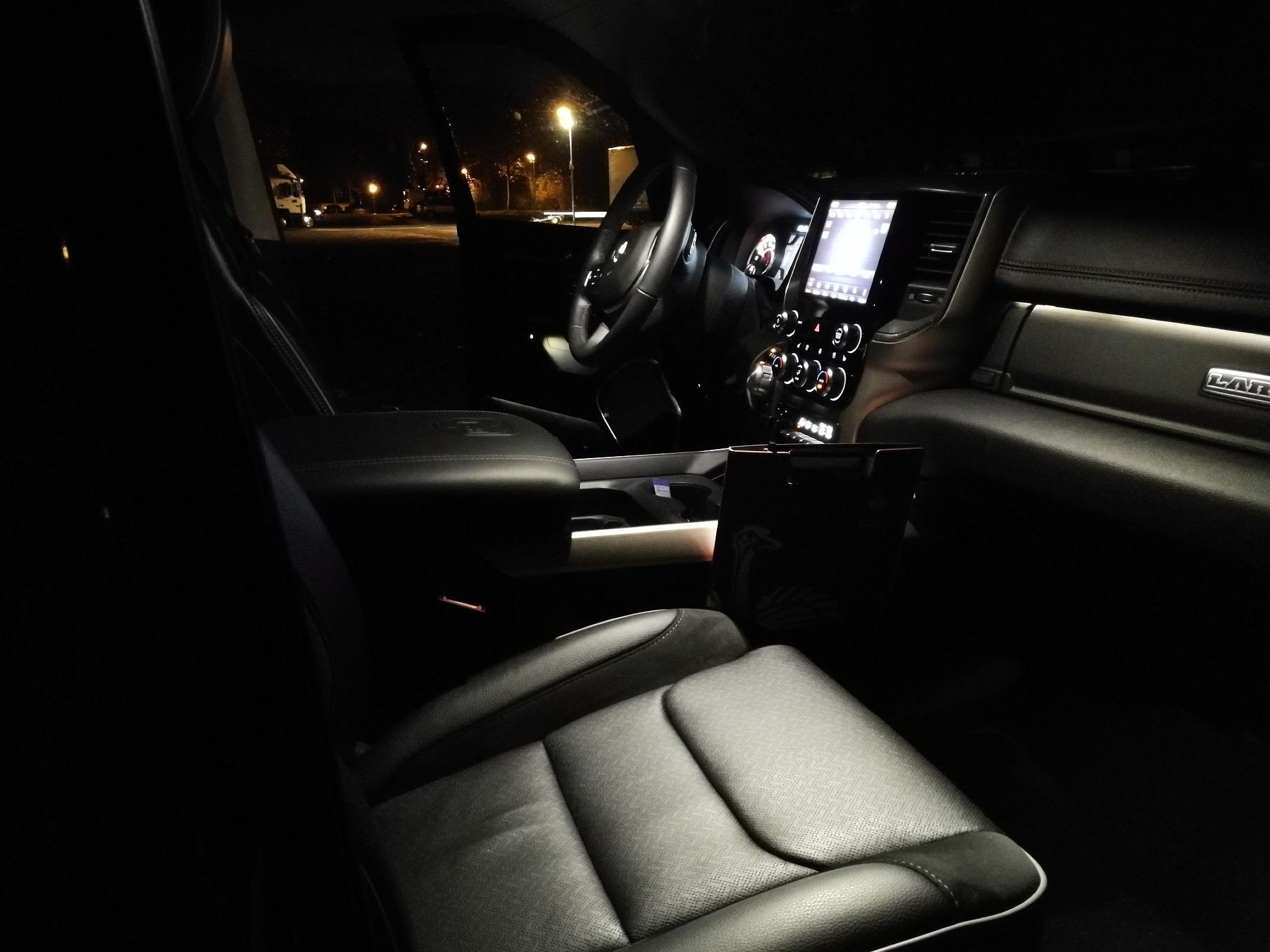 RAM 1500 2019 Innenraum Cockpit bei Nacht