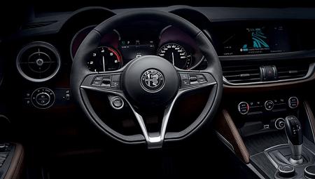 Stelvio Erfahrungsbericht Bild vom Innenraum des neuen SUV von Alfa dem Stelvio Bildquelle: alfaromeo.de