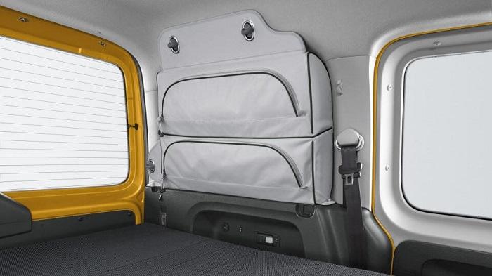 VW Caddy Maxi Erfahrungen Innenraum mit Klappbett im Caddy Beach