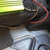 Verkabelung im Auto und Verlegung. In diesem Fall Verkabelung in Kofferraum